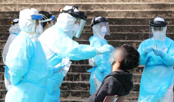 지난 9일 오전 대전의 한 선별진료소에서 신종 코로나바이러스 감염증(코로나19) 진단 검사가 이뤄지고 있다. 뉴스1