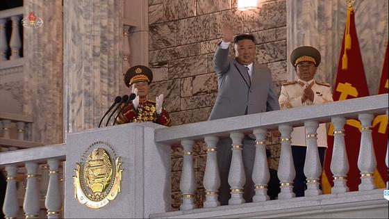북한이 10일 노동당 창건 75주년을 맞아 열병식을 열었다고 조선중앙TV가 보도했다. 김정은 국무위원장이 연설에 앞서 광장에 모든 시민들에게 손을 들어 인사하고 있다. 조선중앙TV=연합뉴스
