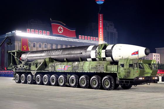 10일 북한 노동당 창건 75주년 기념 열병식에서 11축 22륜(바퀴 22개)의 이동식 미사일 발사대(TEL)에 실린 신형 ICBM이 공개됐다. [평양 노동신문=뉴스1]