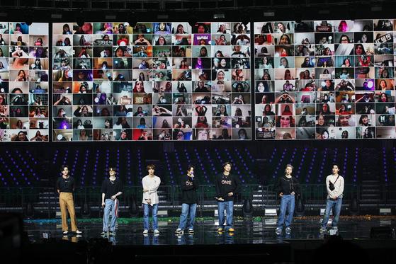 10일 위버스샵에서 생중계된 온라인 콘서트 'BTS 맵 오브 더 솔 원'. 방탄소년단이 화면을 통해 팬들과 인사를 나누고 있다. . [사진 빅히트엔터테인먼트]