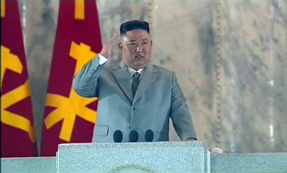김정은 북한 국무위원장이 10일 새벽 노동당 창건 75주년 경축 열병식에서 거수경례를 하고 있다. [조선중앙TV 캡처=뉴시스]