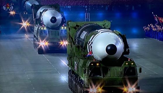 북한이 10일 노동당 창건 75주년을 맞아 열병식을 개최하고 신형 ICBM 추정 무기를 공개했다.아울러 김정은 북한 국무위원장이 육성연설을 했다고 조선중앙TV가 보도했다. 조선중앙TV=뉴스1