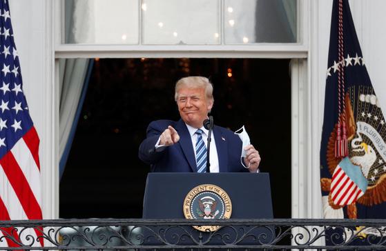 도널드 트럼프 미국 대통령은 10일 백악관 2층 발코니에서 흑인과 라티노 유권자를 상대로 연설했다. [로이터=연합뉴스]