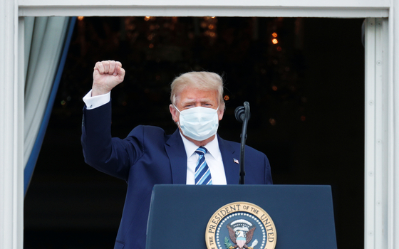 도널드 트럼프 미국 대통령은 10일 백악관 발코니에서 대선 유세 연설을 했다. 이날 북한이 열병식에서 선보인 신형 무기 등 북한에 관한 언급은 없었다. [로이터=연합뉴스]