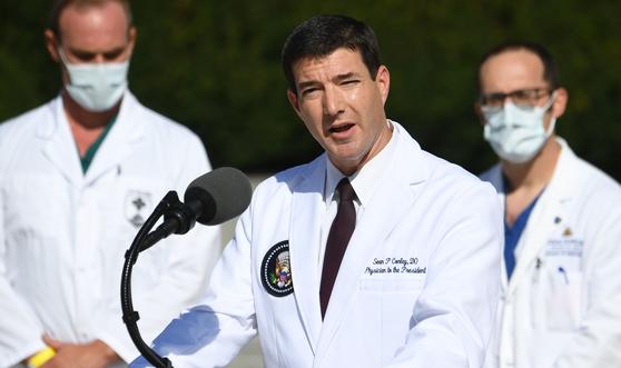 백악관 주치의 숀 콘리는 도널드 트럼프 미국 대통령이 더는 신종 코로나바이러스 감염증(코로나19)을 전파할 위험이 없다고 판단된다고 10일(현지시간) 밝혔다. [연합뉴스]
