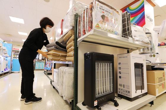 이마트 난방용품 매출이 급증했다. 이마트 직원이 난방용품을 살펴보고 있다. 사진 이마트