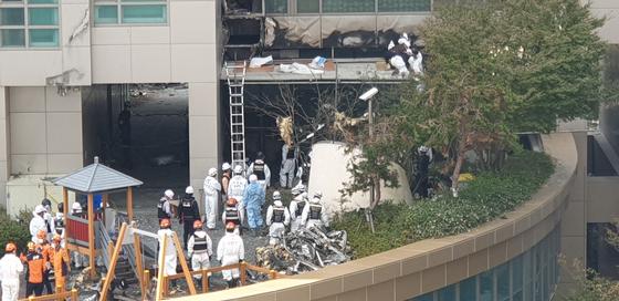 11일 오전 울산 아파트 화재의 원인을 찾기 위해 합동수사팀이 2차 감식에 돌입했다. 송봉근 기자