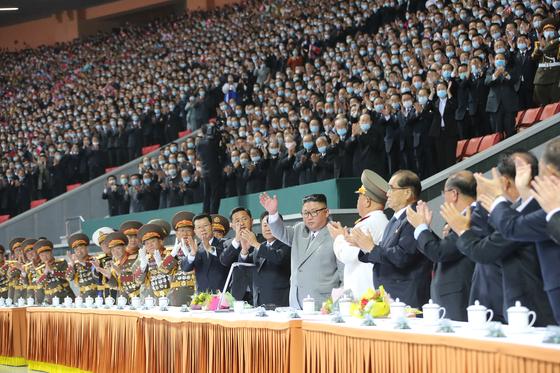 김정은 북한 국무위원장이 11일 당 창건 75주년을 경축하는 대집단체조와 예술공연 '위대한 향도'를 관람했다고 노동당 기관지 노동신문이 12일 보도했다. [뉴스1]