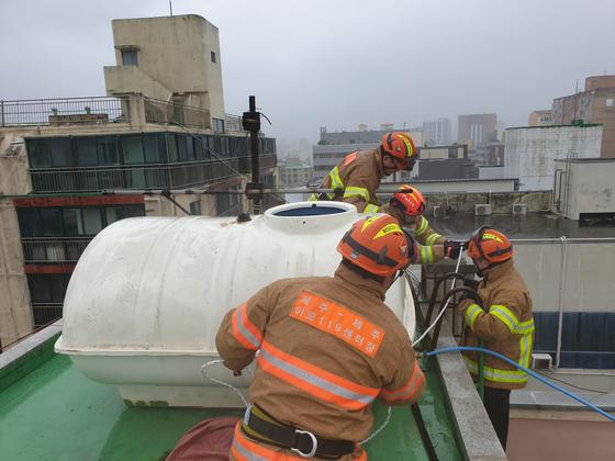 지난 9월 2일 태풍 '마이삭'의 영향으로 제주시 일도 2동 4층 건물 옥상의 물탱크가 넘어져 소방관들이 결박 작업을 하고 있다. 위 사진은 기사 내용과 무관. 사진 제주도 소방안전본부