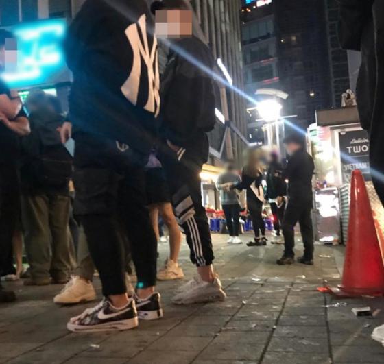 """한 네티즌이 """"클럽 앞 거리 두기가 지켜지지 않는다""""며 12일 인스타그램에 올린 사진. [사진 독자 김영민씨 제공(@newhankuk)]"""