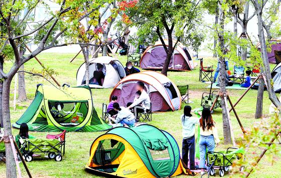 정부는 오늘(12일)부터 적용되는 '사회적 거리두기'를 1단계로 하향 조정했다. 2단계 시행 두 달 만이다. 11일 오전 서울 여의도 한강공원에서 시민들이 텐트를 치고 가을 나들이를 즐기고 있다. [뉴스1]