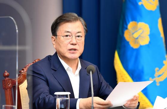 문재인 대통령이 12일 청와대에서 수석·보좌관 회의에서 모두발언을 하고 있다.청와대 사진기자단