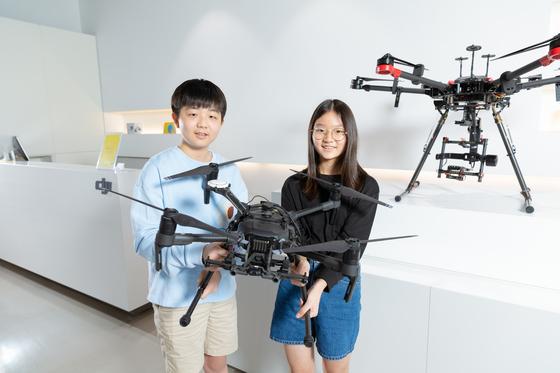 이주영(왼쪽) 학생모델과 백채희 학생기자가 DJI의 산업용 드론을 살펴봤다.