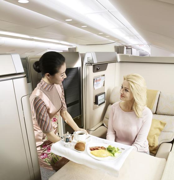아시아나항공이 A380 기종에 310명을 태우고 국내 상공을 비행하는 이색 상품을 선보였다. 상품 출시 20분만에 비즈니스 좌석이 모두 동날 정도로 호응을 얻었다. [사진 아시아나항공]
