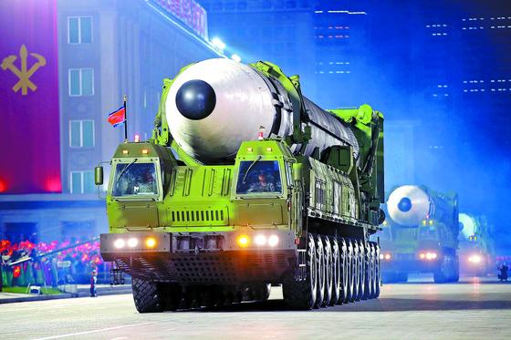 북한이 10일 노동당 창건 기념일을 맞아 실시한 심야 열병식에서 공개한 신형 대륙간탄도미사일(ICBM). 열병식 마지막 순서로 등장한 이 미사일은 바퀴가 22개(11축)인 이동식 발사대(TEL)에 실려 움직였다. 기존 화성-15형 미사일의 TEL은 바퀴가 18개(9축)였다. [노동신문=뉴스1]