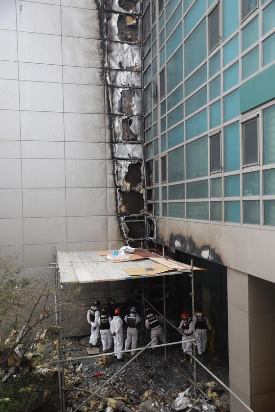 11일 울산시 남구 삼환아르누보 주상복합아파트 3층 테라스. 이 나무 데크쪽에서 처음 불길이 발생해 외벽을 타고 'v'자 모양으로 불이 번진 것으로 추정된다. 송봉근 기자 20201011