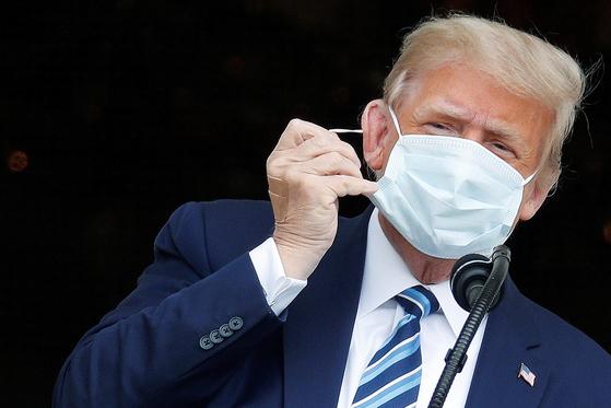 도널드 트럼프 미국 대통령은 지난 10일 백악관에서 유권자 수백명을 초청해 대선 유세를 했다. 코로나19에 걸린 이후 첫 대중 행사였다. [로이터=연합뉴스]