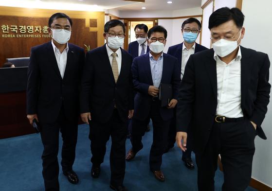 7일 '기업규제 3법' 관련 긴급회의에 모인 관계자들. 연합뉴스