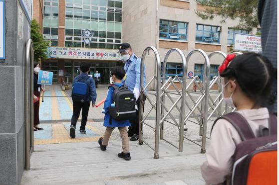 인천시 남동구 한 초등학교에서 학생들이 등교하고 있다. 연합뉴스