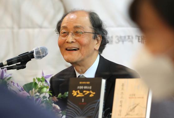 등단 50주년을 맞은 조정래 작가가 12일 서울 중국 프레스센터에서 기자간담회를 열었다. 뉴스1