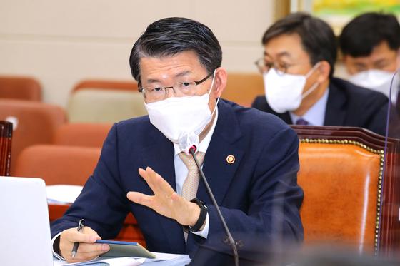 은성수 금융위원장이 12일 오전 국회에서 열린 정무위원회 국정감사에서 의원들의 질문에 답변하고 있다. 오종택 기자
