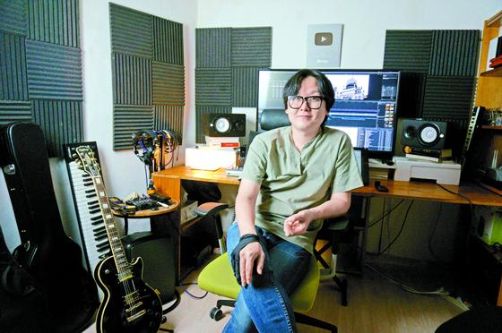 유튜브 영상 제작을 위해 김희범씨가 집 한쪽에 마련한 작업실. 디스플레이 태블릿, 맥북프로, 오디오 인터페이스, 마이크, 프롬프터, 카메라, 조명 등의 장비르 사용한다.