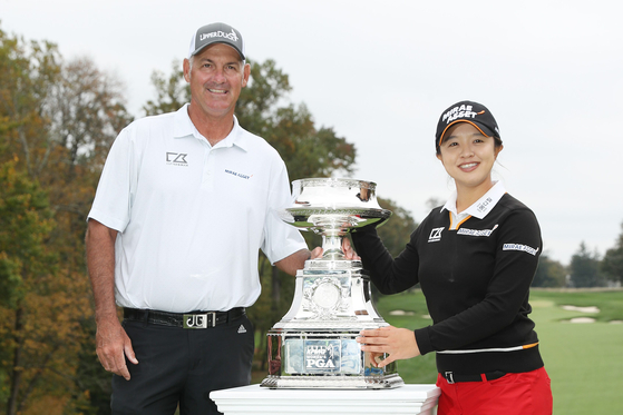 KPGA 여자 PGA 챔피언십 우승 트로피를 가운데에 두고 함께 자축하는 김세영(오른쪽)과 캐디 폴 푸스코. [AFP=연합뉴스]