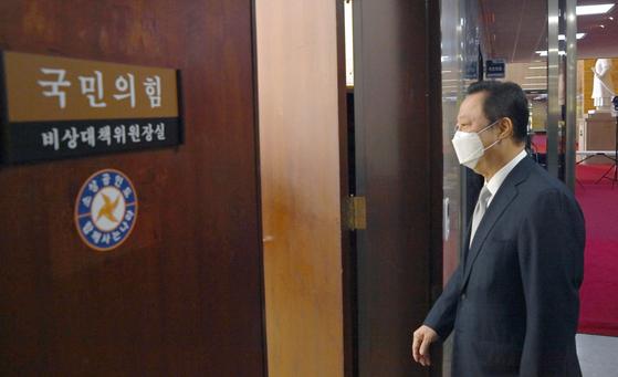 박용만 대한상의 회장이 9월 22일 오전 국회를 방문, '기업규제 3법'에 대한 반대입장을 전달하기 위해 김종인 국민의힘 비대위원장실로 들어서고 있다. 오종택 기자