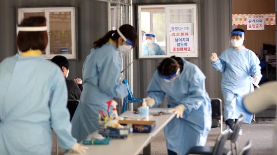 서울의 한 선별진료소에서 의료진이 코로나19 진단 검사를 준비중이다. 뉴스1