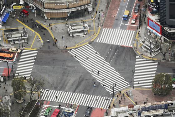 일본 도쿄도가 주말 외출 자제를 요청했다 첫날 인 지난 3 월 28 일, 도쿄 시부야 (시부야)의 관광 명소 스크램블 교차로에 인적이없고 느슨한 모습이다. [연합뉴스]