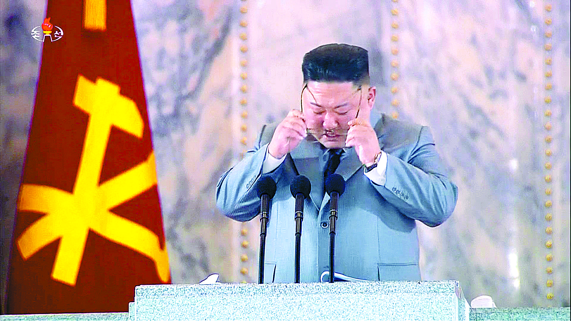 북한 조선중앙TV가 지난 10일 오후 김정은 국무위원장이 노동당 창건 75주년 경축 열병식 연설중 울먹이는 모습을 방송하고 있다. 뉴시스