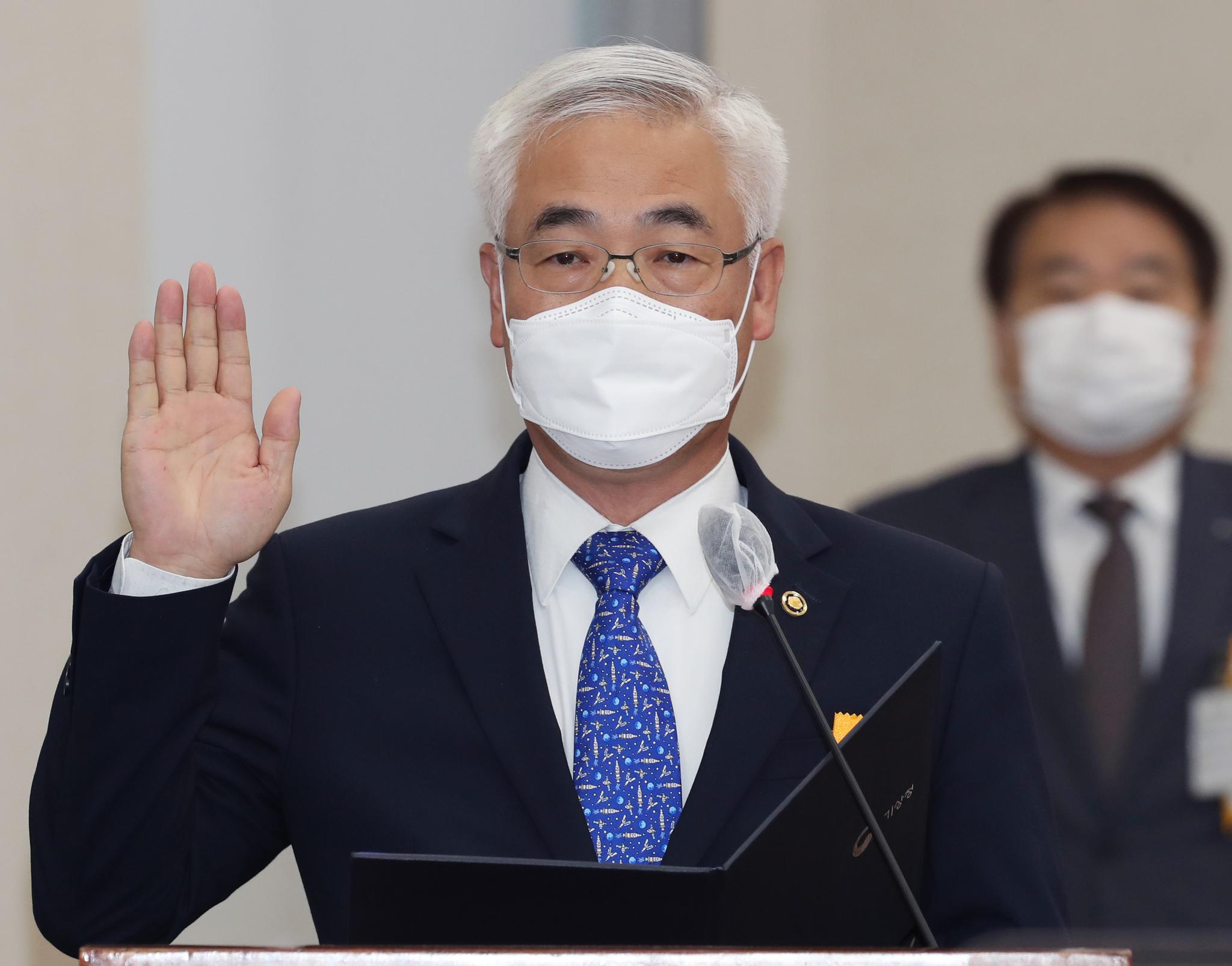 김종석 기상청장이 12일 서울 여의도 국회에서 열린 환경노동위원회의 기상청 등에 대한 국정감사에서 증인선서를 하고 있다. 뉴스1