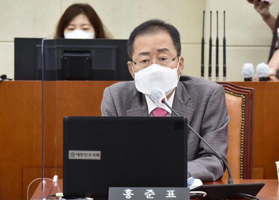 무소속 홍준표 의원이 6일 국회 국방위원회 전체회의에서 발언하고 있다.  연합뉴스