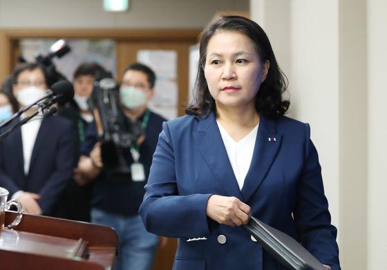 지난 6월 24일 'WTO 차기 사무총장 입후보' 회견 입장하는 유명희 통상교섭본부장. 연합뉴스