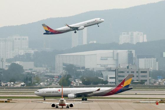 아시아나항공이 일본 후쿠오카에 임시 항공편을 띄운다. 지난달 11일 인천국제공항에서 아시아나 항공기가 이륙하고 있다. 연합뉴스