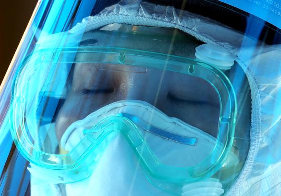 코롤나19 진료를 하던 한 의료진이 피곤에 지친 듯 눈을 감고 있다. 연합뉴스
