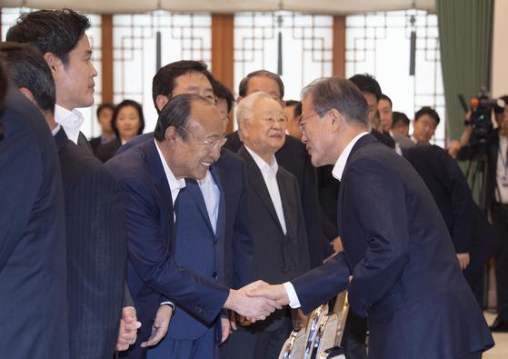 지난해 7월 문재인 대통령과 인사하는 김승연 한화 회장. 중앙포토