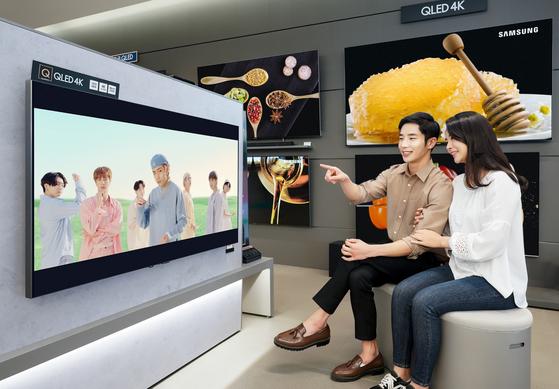 삼성전자는 지난 8일 한국을 시작으로 전 세계 삼성 TV가 전시된 매장에서 방탄소년단의 '다이나마이트(Dynamite)' 뮤직 비디오를 선보였다. [뉴스1]