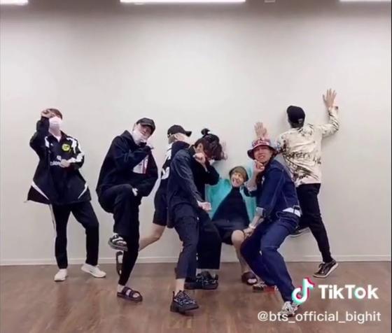 '새비지 러브' 챌린지에 참여한 방탄소년단. [틱톡 캡처]