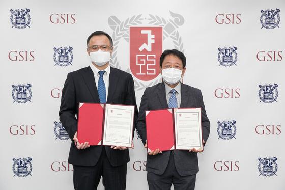 다케무라 노부유키 한국토요타자동차 사장(왼쪽)과 박태균 서울대 국제대학원장이 후원 협약서를 들어보이고 있다. 사진 한국토요타자동차