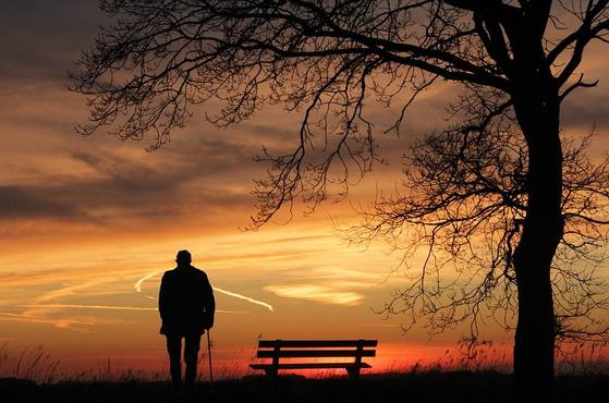 인생은 고독한 것이라고 이야기한다. 특히, 중년 이후의 삶은 더더욱 고독감이나 소외감을 느끼는 사람이 많다. [사진 pixabay]