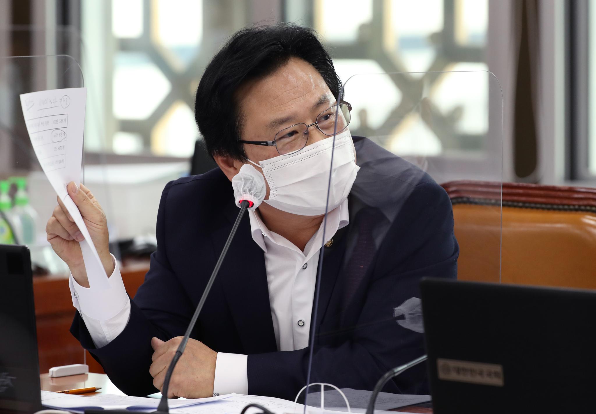 국민의힘 강기윤 의원이 13일 국회 보건복지위원회의 식품의약품안전처 등에 대한 국정감사에서 질의하고 있다. 연합뉴스