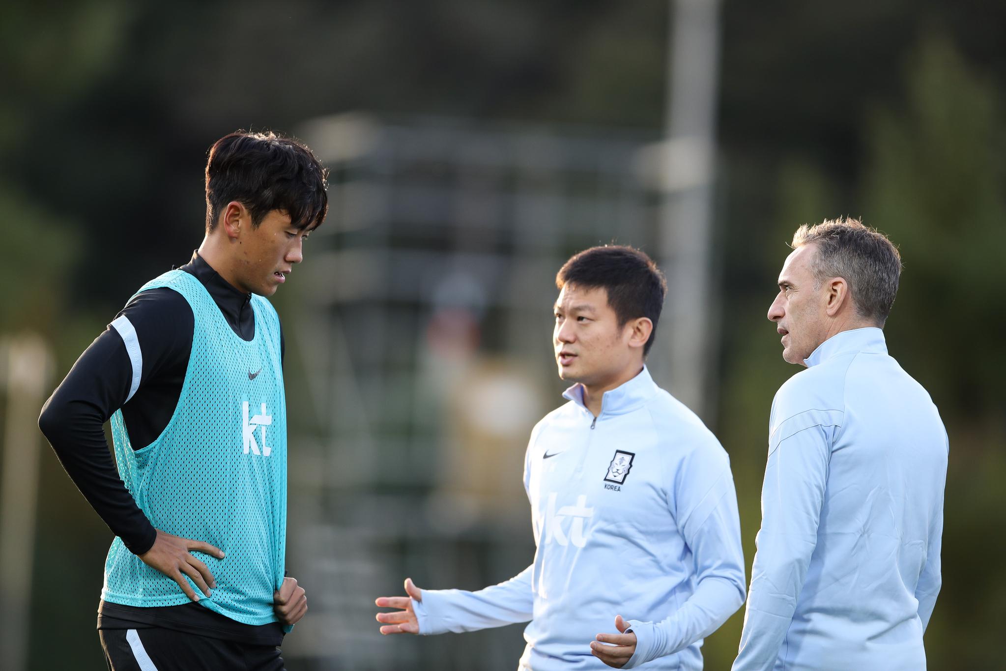 대표팀 훈련 중 대화하는 원두재(왼쪽)와 벤투(오른쪽) 감독. [사진 대한축구협회]