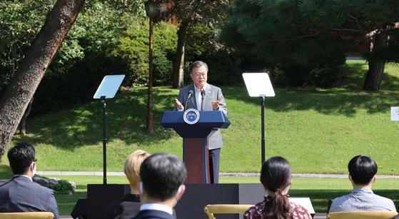 문재인 대통령이 지난달 19일 청와대 녹지원에서 열린 제1회 청년의 날 기념식에서 기념사를 하고 있다. [연합뉴스]