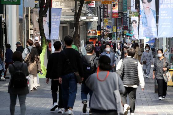 13일 신종 코로나 바이러스감염증(코로나19) 여파로 한산했던 서울 중구 명동거리가 정부의 사회적 거리두기 1단계 완화 조치로 시민들의 발걸음이 늘고 있다. 뉴스1