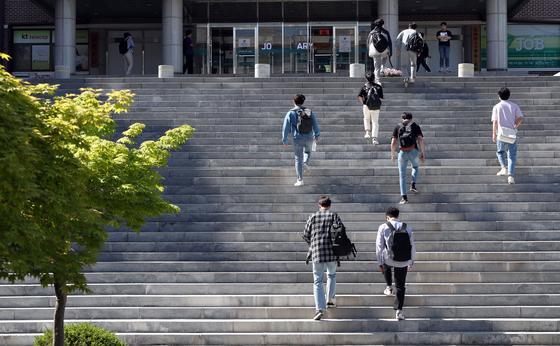 대학 캠퍼스에서 학생들이 강의실을 향해 걸어가고 있다. 기사 내용과 무관. 연합뉴스