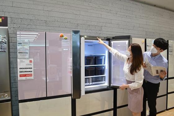 전자랜드 홍보 모델들이 김치냉장고 제품을 소개하고 있다. 전자랜드 제공