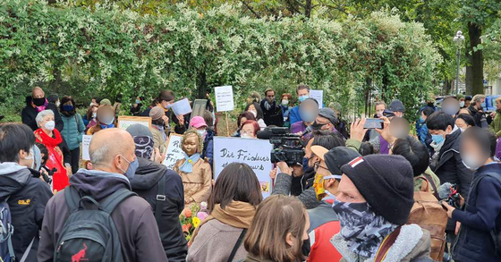 13일(현지시간) 독일 베를린에서 미테구 거리에 설치된 '평화의 소녀상' 앞에서 현지 교민과 시민이 당국의 철거명령 철회를 요구하고 있다. [사진 제공=현지 교민]