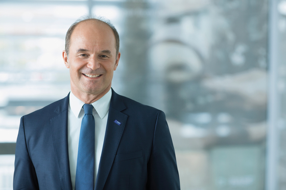 마틴 브루더뮐러 바스프 CEO가 독일 루트비히스하펜 본사에서 포즈를 취했다. 브루더뮐러 CEO는 기술을 중시하는 의미로 자신을 CTO(최고기술책임자)로 소개하며, 직원들도 그를 '박사'라고 부른다. 사진 바스프