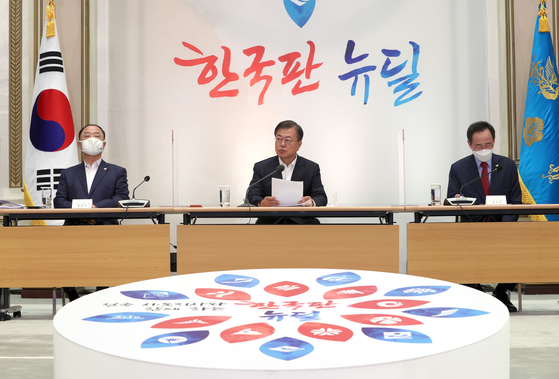 문재인 대통령(가운데)이 13일 오전 청와대에서 열린 제2차 한국판 뉴딜 전략회의를 주재하고 있다. 연합뉴스
